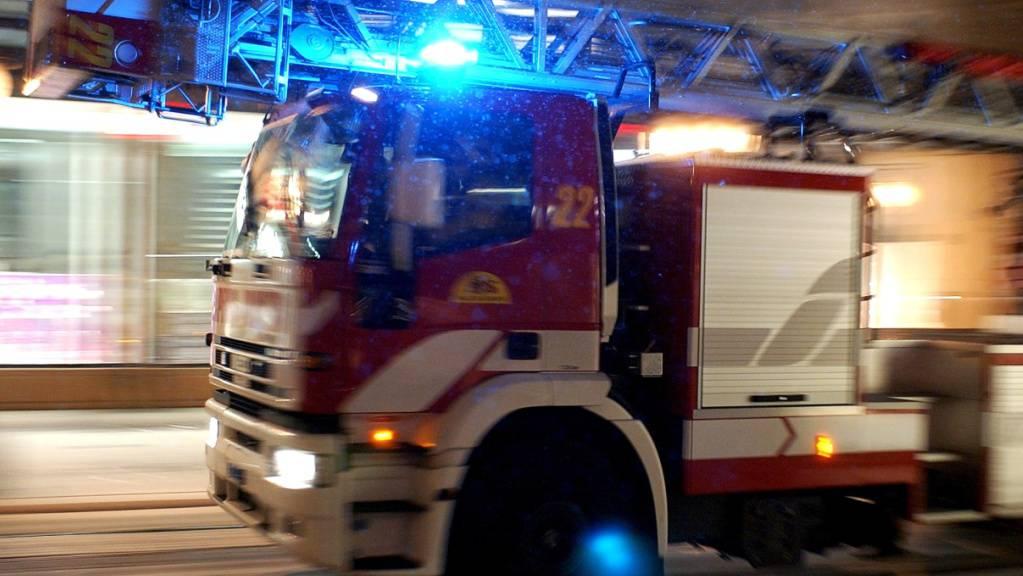 Die Feuerwehr konnte die ausgelaufene ätzende Flüssigkeit binden. (Symbolbild)