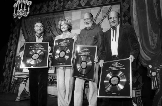 Jörg Schneider (links) und drei weitere Sprecher und Gestalter der Kasperli-Geschichten werden am für eine Million verkaufte Platten und Kassetten geehrt. Neben Schneider steht Ines Torelli, Heinz Steiger, Paul Bühlmann. (27. Oktober 1982)