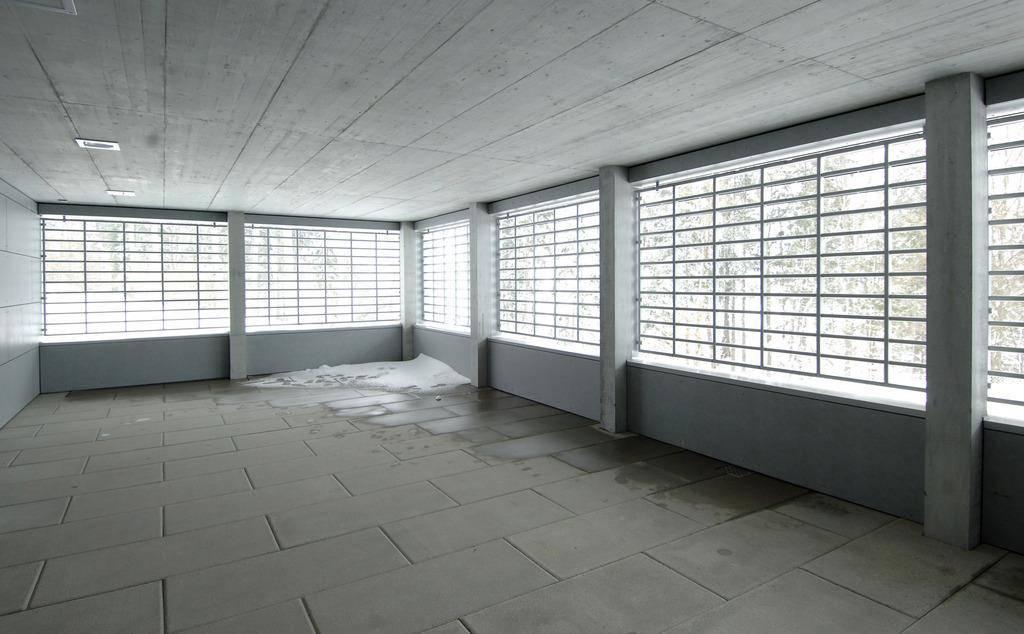 Terrasse im Wohnhaus 3, der geschlossenen Betreuungsabteilung mit 16 Insassen in zwei Wohngruppen im Massnahmenzentrums Bitzi. (© Keystone)