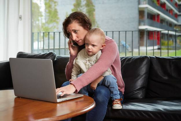 Kein gutes Vorbild: Auch die Eltern sollten von Zeit zu Zeit eine Bildschirmpause einlegen.