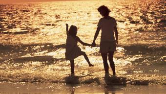 Mit der Tochter nach Spanien auswandern? Das darf die Mutter bei einem gemeinsamen Sorgerecht nicht, hält das Bundesgericht fest und gibt einem Vater recht. (Themenbild)