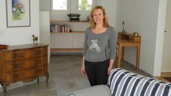 Franziska Weber im Wohnzimmer ihrer Airbnb-Gästewohnung in Gipf-Oberfrick.