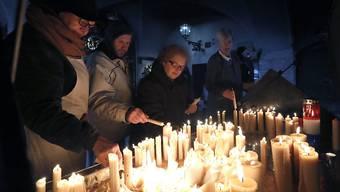 Kroatinnen und Kroaten zünden Kerzen an für den früheren Militärkommandanten und verurteilten Kriegsverbrecher Slobodan Praljak, der vor dem UNO-Kriegsverbrechertribunal Suizid beging.