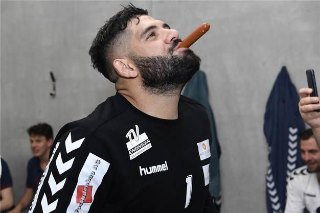 Goalie Christophoros Nungovitch hat sich die Meister-Zigarre verdient.