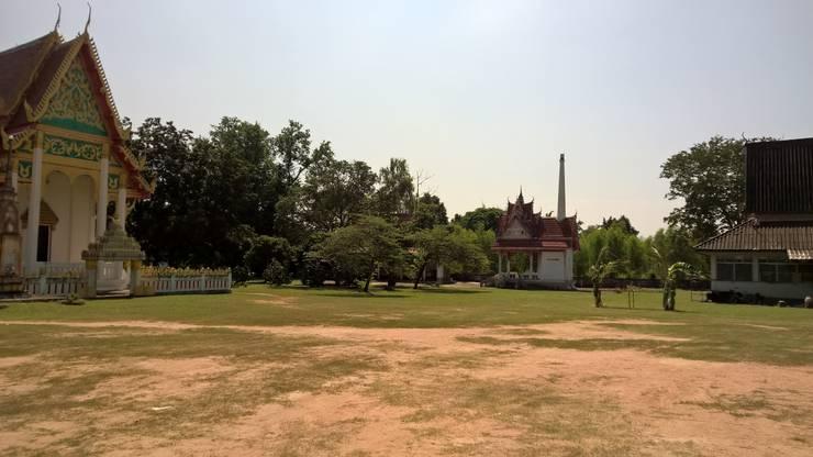 Das Krematorium (hinten) befindet sich in unmittelbarer Nähe des Tempels (links)
