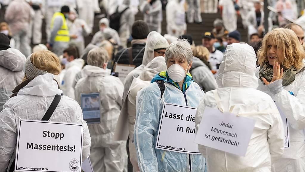 An einer Kundgebung am Samstag in Zug demonstrierten mehrere hundert Menschen gegen die Coronavirus-Massnahmen der Behörden.