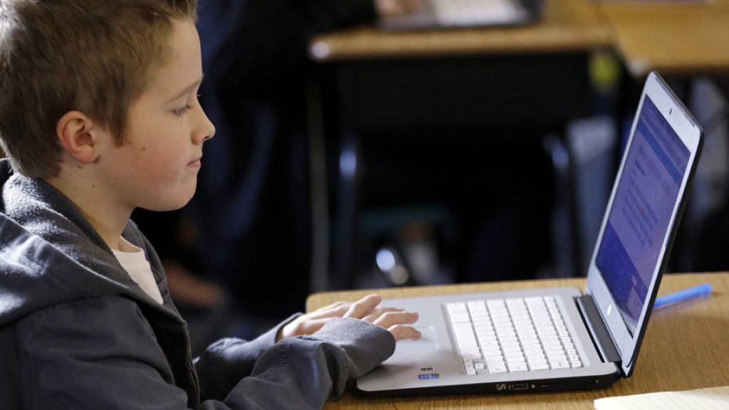 Kostenlose Laptops sind nur ein Bereich, mit dem Firmen Schulen sponsern. Über den richtigen Umgang damit, hat der Lehrerverband nun einen Leitfaden erarbeitet. (Symbolbild)
