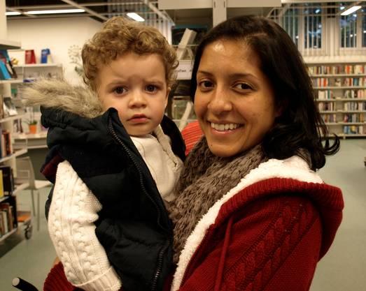 Sie wohne gleich um die Ecke und habe letztes Jahr mit Sohn Lynel (2) bereits die Märlistunde in der Bibliothek besucht, sagt Stefanie Lang. Deshalb sei sie nun hier.