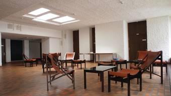 Vom Architekten Otto Glaus entworfene Lederstühle und -hocker im Foyer des 1968 fertiggestellten Franziskushauses.