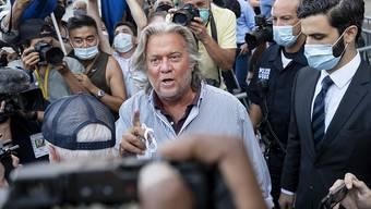 Steve Bannon (M), ehemaliger Chefstratege von US-Präsident Trump, verlässt das Gericht. Bannon hat sich nach seiner Festnahme wegen Betrugsverdachts für nicht schuldig erklärt. Foto: Craig Ruttle/AP/dpa