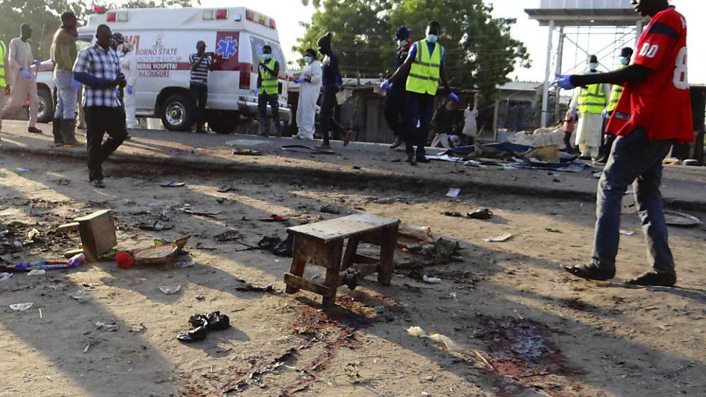 Menschen in Maiduguri versammeln sich am Tatort eines Selbstmordattentats Ende Oktober. (Archiv)Im Nordosten Nigerias kommt es immer wieder zu solchen Attentaten. Beim jüngsten Attentat im November starben zwölf Menschen, darunter ein Kind.
