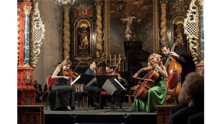 Sol Gabetta (vorne rechts) mit ihren Kammermusikfreunden in der Kirche in Olsberg. Thomas Entzeroth