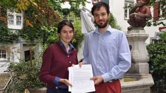 Richten sich an den Bundesrat und die ungarische Botschaft: Naomi Richner und Adrian Denz haben in sechs Tagen 600 Unterschriften gesammelt.