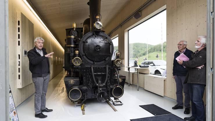 Toni Huwyler (links) erzählt über die Geschichte der Dampflokomotive «Gedeon Thommen».