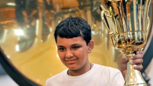 Sieger mit Pokal: der 13-jährige Granth Thakkar aus Indien