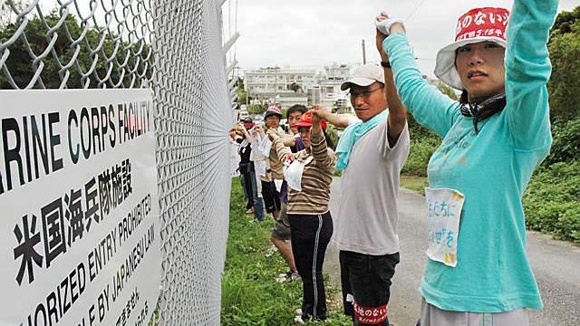 Menschenkette als Protest gegen die Helikopter-Basis Futemma in Ginowan (Archiv)