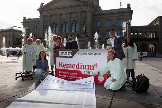 Public Eye reicht zusammen mit den SP-Nationalräten Sibel Arslan und Cédric Wermuth die Petition ein.