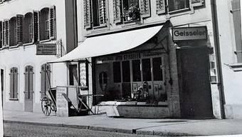 Charlotte Hunziker mit der Goldbronze-Dose. Die Papeterie Geisseler gab es bis 1972.
