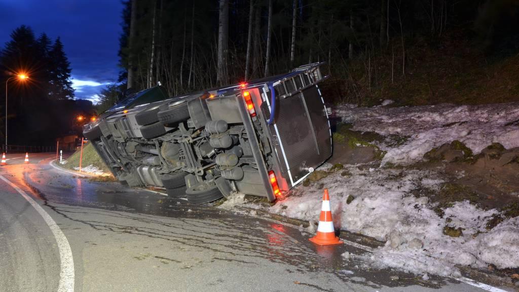 Lastwagen kippt in Kurve zur Seite