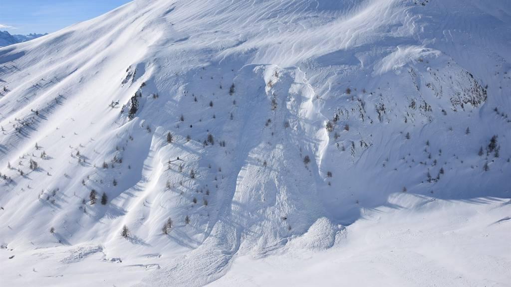 Der 21-Jährige konnte nach 12 Minuten aus den Schneemassen befreit werden. (Symbolbild)