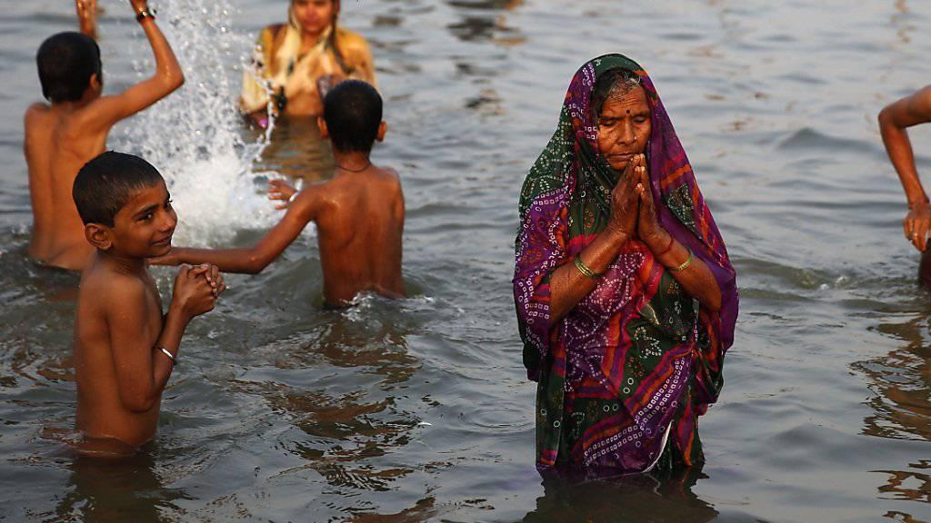 Der Ganges als spiritueller Ort und auch erfrischender Platz zum Spielen