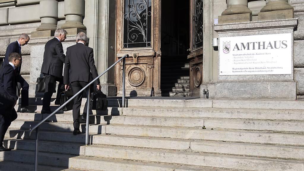 Anwälte beim Betreten des Berner Amthauses, wo der Prozess gegen den Reeder über die Bühne geht.