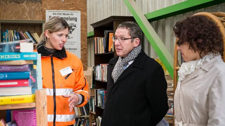 Geschäftsführerin Karin Bertschi (links) mit Regierungsrat Urs Hofmann und Annelise Alig, Leiterin Standortförderung, in der «Bücherecke» des Recycling-Paradieses.