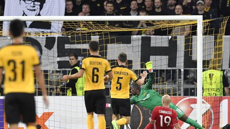 Cambiasso (Nr. 19) schiebt den Ball an Mvogo vorbei zum Siegtreffer ins Netz