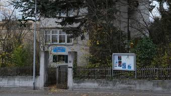 Das alte Pfarrhaus an der Bergstrasse in Unterengstringen wird durch zwei Neubauten mit 30 Wohnungen ersetzt.