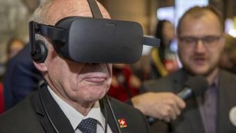 Bundesrat Ueli Maurer testet einen virtuelen Rundgang mit einer VR-Brille an der Messe Siwss Bau.