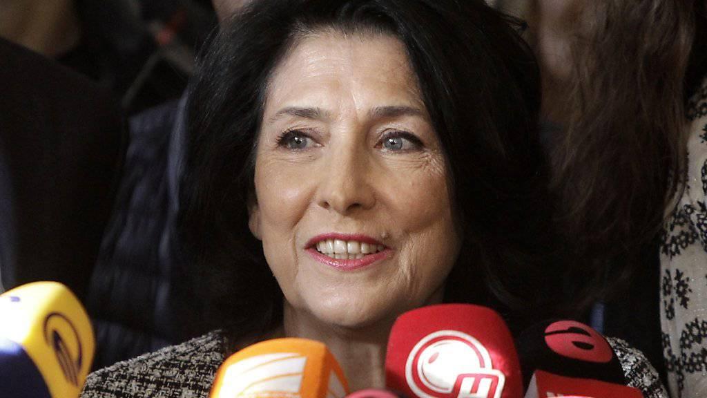 Die georgische Präsidentin Salome Surabischwili kritisiert die Einflussnahme Russlands auf ihr Land und wird dabei von tausenden Demonstranten unterstützt. (Archivbild)