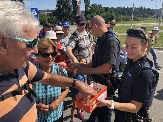 Gelungene Überraschung: Die Regionalpolizei Lenzburg half uns auf der 11. Etappe von Lenzburg nach Hallwil nicht nur sicher über die Strasse, sondern verteilte auch Ovo-Riegel. Dankeschön!