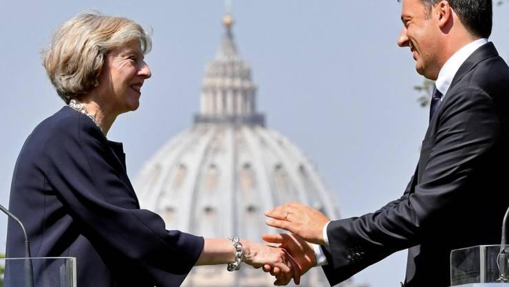 Der italienische Regierungschef Renzi (rechts) empfängt die britische Premierministerin May in Rom.