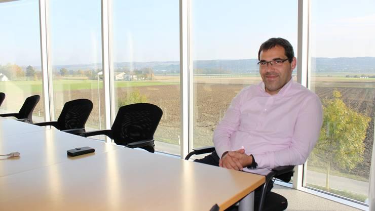 Livio Marzo im Thommen-Sitzungszimmer mit Ausblick auf Witi und Bucheggberg.