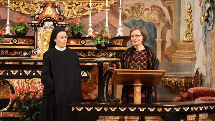 Priorin Irene und Schulleiterin Theres von Aarburg halten eine Dankensrede