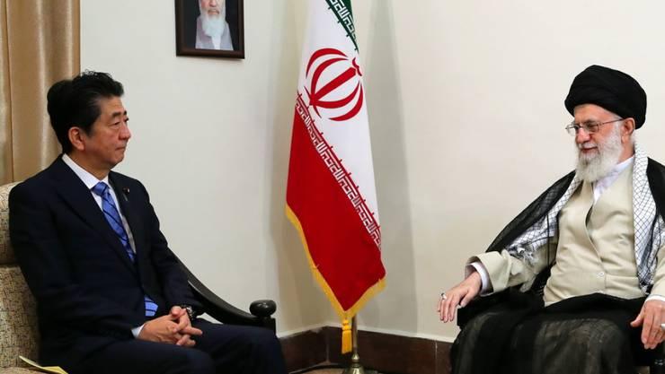 Der japanische Premierminister Shinzo Abe versucht bei seinem Treffen mit Ayatollah Ali Khamenei im Atomstreit zu vermitteln.