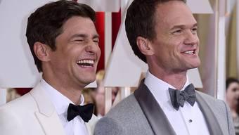 Neil Patrick Harris (r) und sein Mann David Burtka (l) haben zum 13. Jahrestag ihrer Beziehung auf Instagram Liebesschwüre ausgetauscht. (Archivbild)
