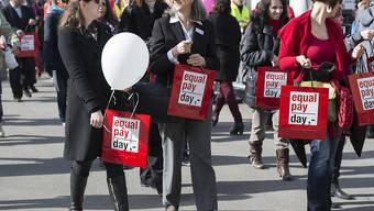 Frauen demonstrieren im März 2015 für Lohngleichheit. (Archiv)