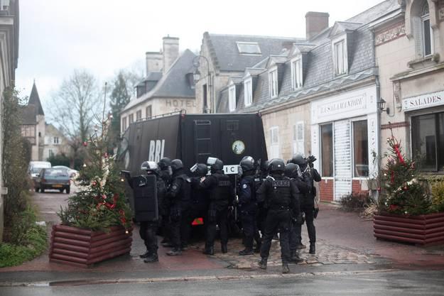 Die Polizei ist in Longpont mit einem Grossaufgebot vor Ort