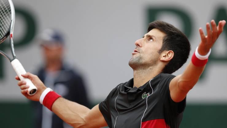 Der Serbe Djokovic verzweifelt an einem Return-Fehler.