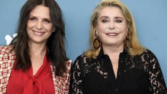"""Die französischen Schauspielerinnen Juliette Binoche (links) und Catherine Deneuve präsentieren am Eröffnungsabend der diesjährigen Festspiele in Venedig ihren Film """"La vérité""""."""