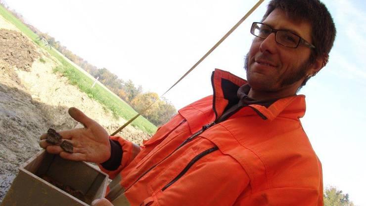 Christoph Hégelé mit den in Urdorf ausgegrabenen Tonscherben