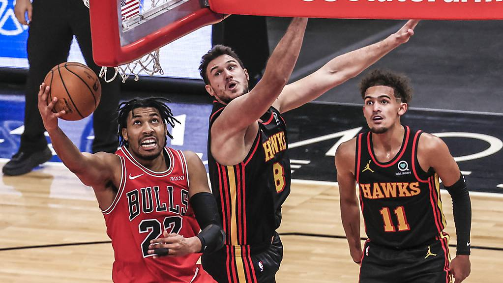 Zwar kommt hier Bulls-Forward Otto Porter Jr. (links) zu einem einfachen Korb, doch der grosse Mann des Spiels war Hawks-Aufbauspieler Trae Young (rechts) mit 37 Punkten.