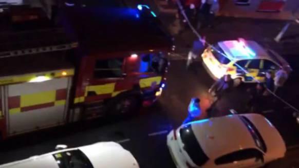 Rettungskräfte versorgen Verletzte bei der Disco.