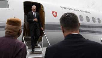 Entweder war das Bild gestellt oder der Fotograf hat flinke Füsse: Bundesrat Alain Berset, als er den Bundesratsjet bei einem Besuch in der Zentralafrikanischen Republik verlässt. Der Fotograf der Bildagentur war selbst im Jet mitgeflogen.