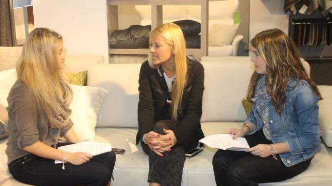 Daria Faust (links) und Jelena Ferrari im Gespräch mit Christa Rigozzi (30), Miss Schweiz 2006. Daniela Andreoli (15 Jahre)