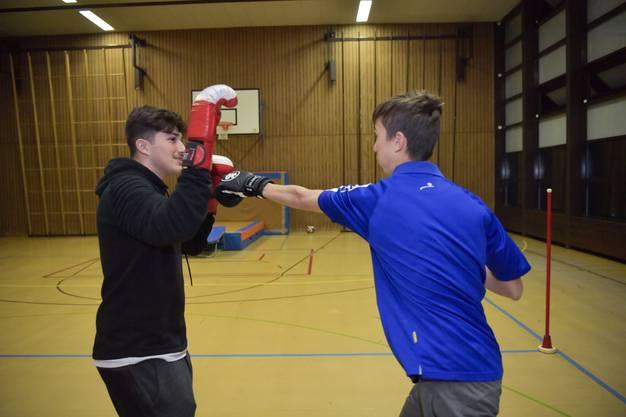 Beim Boxen kann man sich richtig austoben. Allerdings achten die Jungs auch darauf, sich nicht zu verletzen.