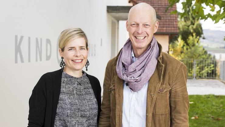 Blicken zuversichtlich in die Zukunft: Schulleiter Martin Ebling und Gesamtleiterin Andrea Capol vor dem Stiftungsgebäude.