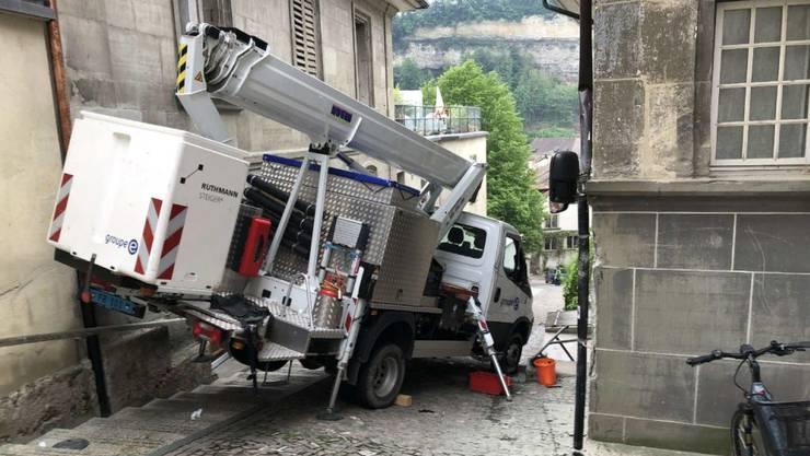 Der Lastwagen mit Kran und  Arbeitskorb rutsche an Hausfassaden entlang, bevor er zum Stillstand kam.