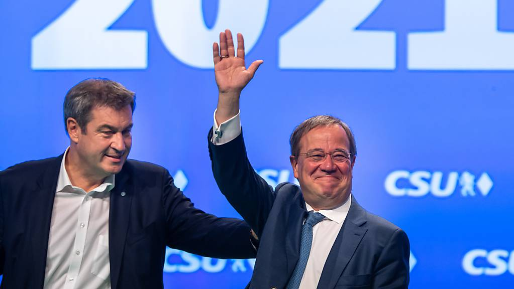 dpatopbilder - CSU-Parteivorsitzender Markus Söder(l) und Unions-Kanzlerkandidat und CDU-Vorsitzender Armin Laschet stehen beim Parteitag der CSU gemeinsam auf der Bühne. Rund zwei Wochen vor der Bundestagswahl in Deutschland hat die Christdemokraten laut einer Umfrage wieder etwas aufgeholt. Foto: Peter Kneffel/dpa